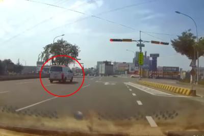 救護車「高速衝路口」差點被撞