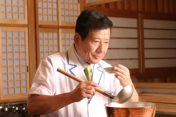 ▲神田川俊郎因《料理的鐵人》爆紅。(圖/翻攝自推特)