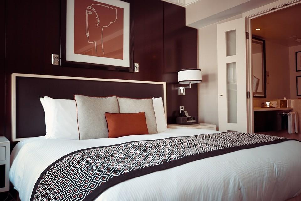 ▲▼飯店,房間,枕頭。(圖/取自免費圖庫pixabay)