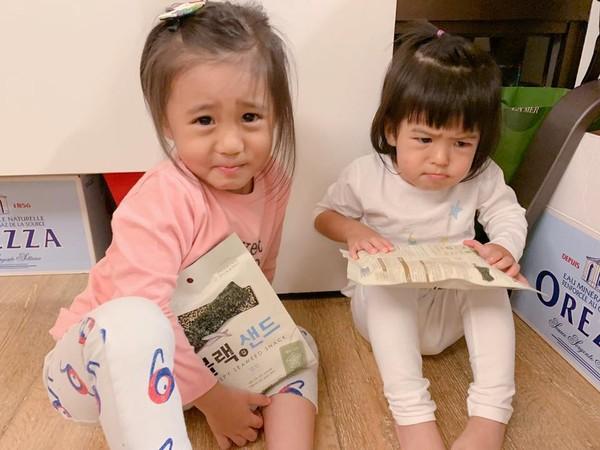 ▲咘咘和BO妞身穿另一套粉色花童裝,就像小仙女。(圖/翻攝自Facebook/賈靜雯)