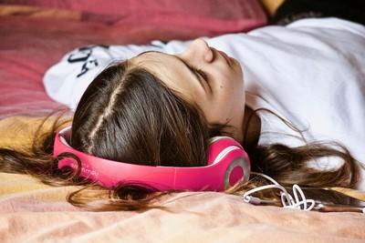 睡覺聽音樂能助眠?研究解析4關鍵