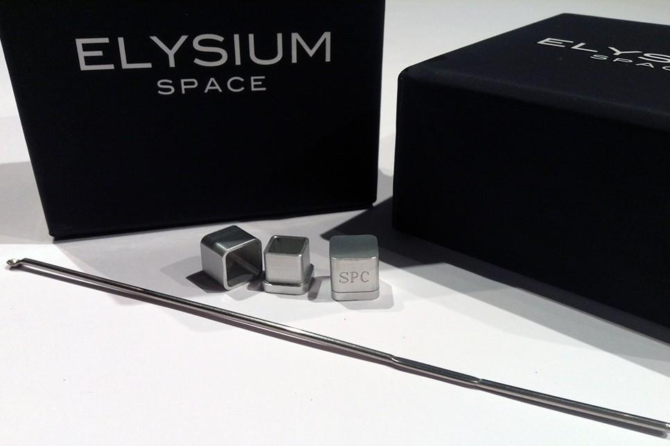 ▲「極樂太空」(Elysium Space)公司推出「骨灰膠囊」,上面可以刻3個英文字母,接著擺放在專用的太空模組裡面。(圖/翻攝自Elysium Space官網)