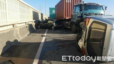 西濱快速道6車撞成一團「1車側翻」