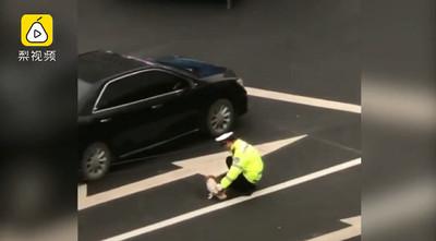 流放狗骨折 警蹲路中央肉身擋車