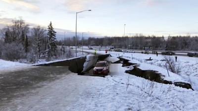 車「震」一下摔地洞 阿拉斯加情侶照樣趕飛機