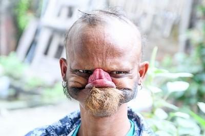 尼泊爾男子超長舌能舔額頭