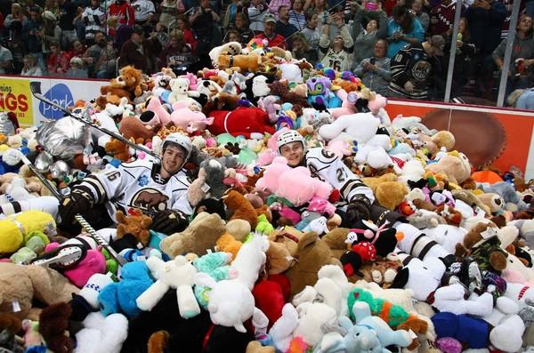 ▲球員開心跳進泰迪熊堆。(圖/翻攝自Twitter/Hershey Bears)