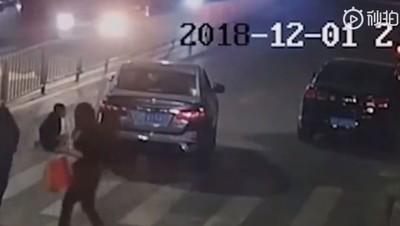 轎車無視示意「龜速前進」輾死女童