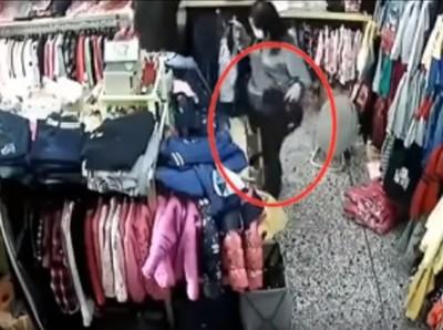 女賊開5次抽屜 店員面前偷走整袋錢