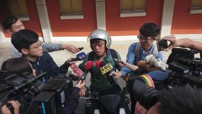 段宜康騎車遭媒體圍堵 網友笑翻