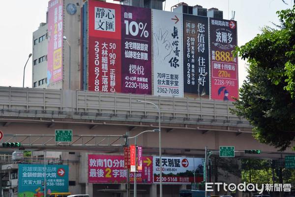 ▲▼建案廣告看板。(圖╱記者陳韋帆攝)