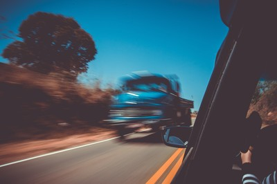 拖行3.2km被輾爆!酒駕騎士捲入貨車底盤