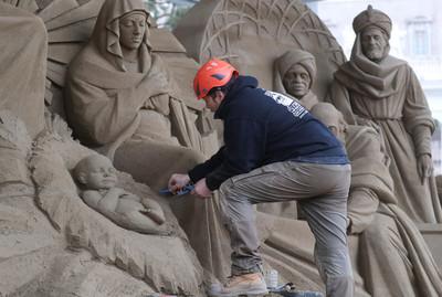 砂畫家用720噸沙雕重現耶穌誕生場景!