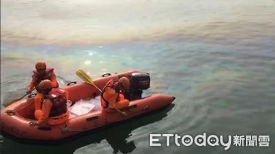 油桶銹蝕漏油汙 海巡迅速清除護生態