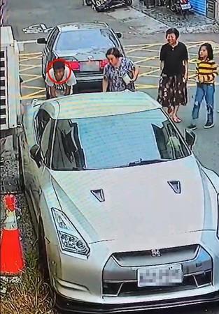 豐田車主因為倒車不慎,撞上價值超過600萬的東瀛戰神超跑 趕緊下車查看。(翻攝李麥克臉書)