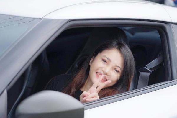 GT-R銀車超跑正妹陳姓車主,其實是一間貿易公司董娘,笑容甜美可人。(翻攝李麥克臉書)