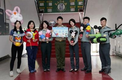 軍備局高家祥巧手玩氣球藝術