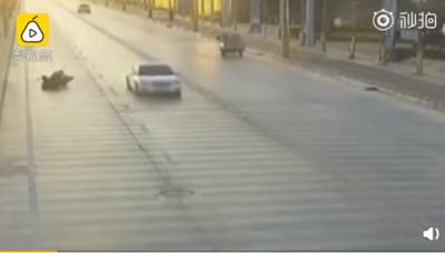 轎車雙黃線調頭 摩托男零碰撞摔死