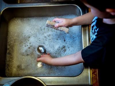 做家事太麻煩?美國研究教「發正念洗碗法」,快樂指數暴增25%