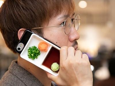 你口袋有哇沙米!擬真「日料醬油碟」手機殼,發個呆生魚片就進去了