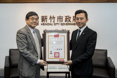 林智堅獲頒當選證書 強調市民第一