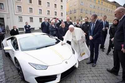花300元抽教宗簽名藍寶堅尼