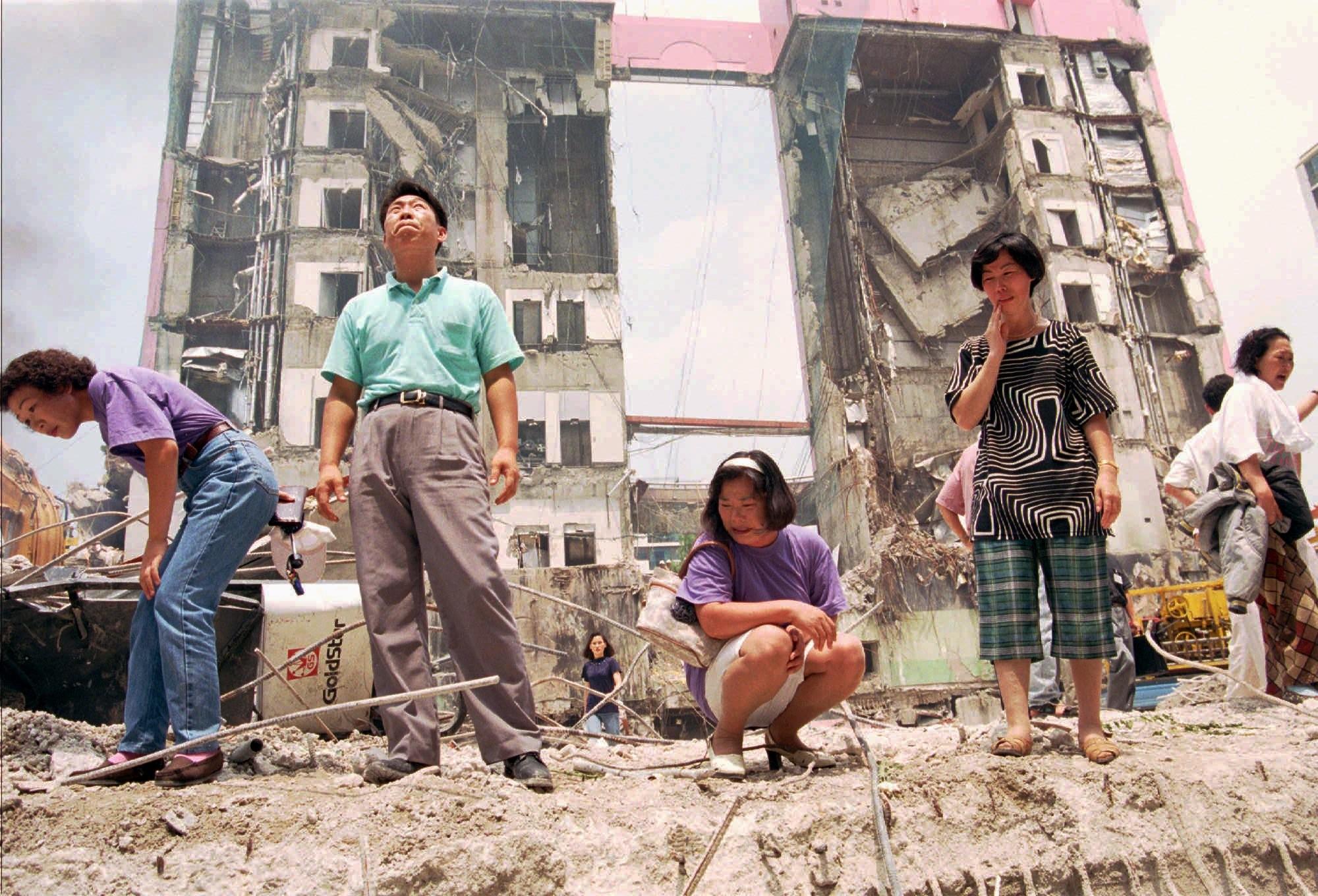▲▼ 南韓三豐百貨1995年6月29日倒塌。圖為當年失蹤民眾家屬。(圖/達志影像/美聯社)