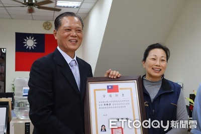 徐榛蔚接下當選證書 小內閣就職宣佈