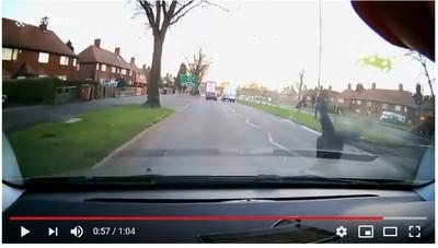 他衝出馬路遭撞飛 落地逃奪命死劫