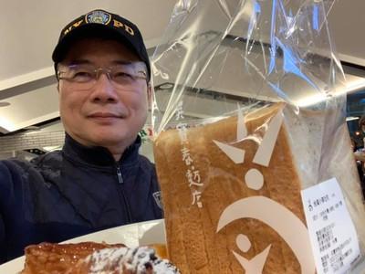 蔡正元光顧吳寶春店:吃「中國台灣」麵包