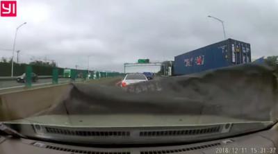 高速公路帆布飛掉!下秒塞滿他擋風玻璃