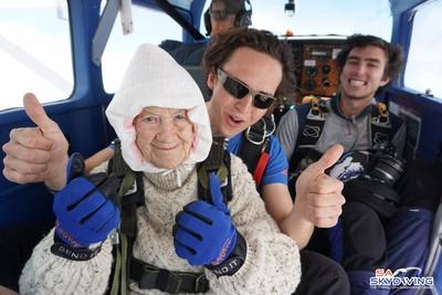 102歲阿嬤跳傘成功 背後藏洋蔥