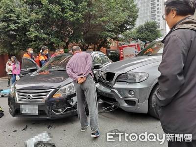 即/北市敦化南路二段車禍 女駕駛一度受困