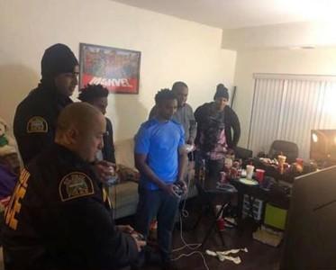 警察追查住戶噪音竟變一起打電動