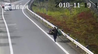 老翁高速路被尋回 同事跪地道謝