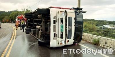 大貨車失控翻覆 機車閃避乘客挫傷