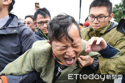 曾砸柯文哲拖鞋 台灣國主任赴蔡柯會抗議