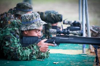 狙擊手負重行軍射擊練無預警接戰