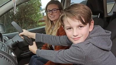 高速公路上「媽媽癲癇發作」8歲童緊抓方向盤 冷靜開警示燈踩剎車