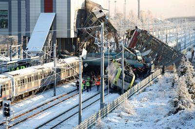 沒有信號燈 土耳其高鐵相撞釀9死