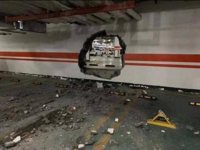 油門當煞車 三寶衝破停車場牆壁