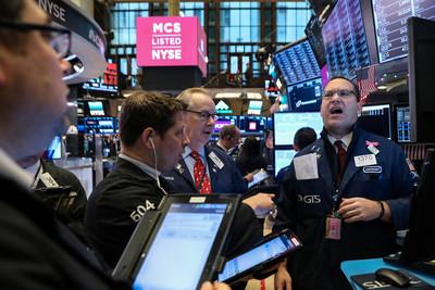 美股道瓊重挫496點 蘋果跌3.25%
