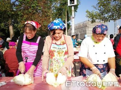 高麗菜製泡菜 張麗善展現媽媽味