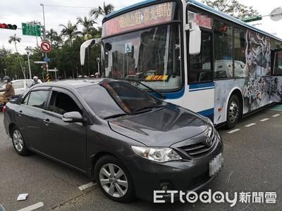 即/公車攔腰撞上轎車!巨大「碰」一聲嚇壞通勤族 4人送醫