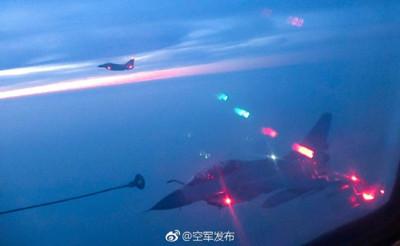 殲-10B訓練夜間空中加油