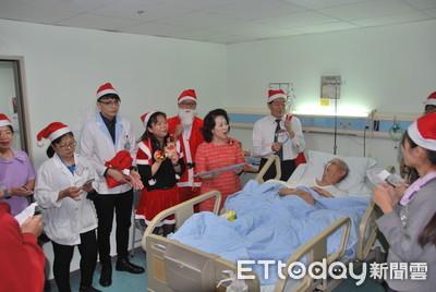郭綜合祝聖誕 讓住院病友感溫馨