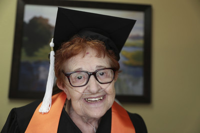 84歲嬤「拄拐杖+戴氧氣罩」也要去大學上課