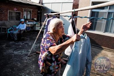 84歲阿嬤照顧86歲阿公 他忘了她還會打