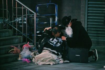舞者扮黑色耶誕老人做愛心