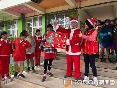 阮阿公扮聖誕老人 小4生想阿公要抱抱